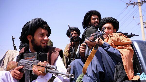 Боевики Талибана* возле аэропорта Кабула