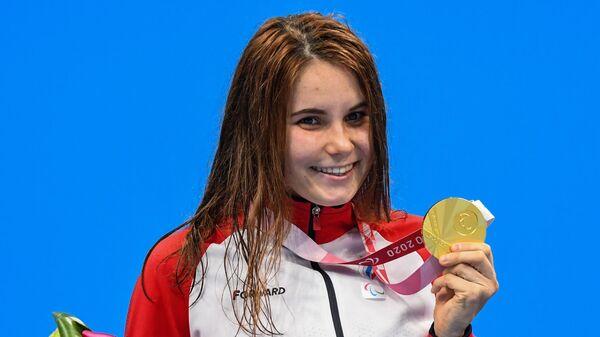Российская спортсменка, член сборной России (команда ПКР) Мария Павлова, завоевавшая золотую медаль в соревнованиях по плаванию на 100 метров брассом среди женщин в классе SB7 на XVI летних Паралимпийских играх в Токио, на церемонии награждения.