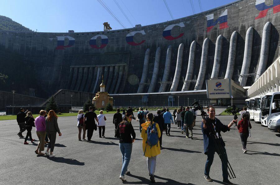 Туристы на Саяно-Шушенской ГЭС на реке Енисей