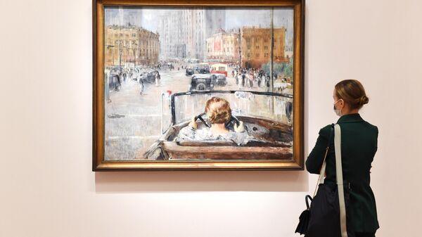 Девушка у картины Юрия Пименова Новая Москва (1937 г.) в Третьяковской галерее на Крымском Валу в Москве