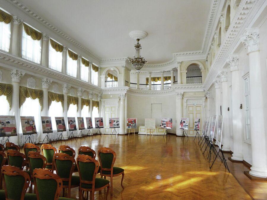 Дворянское собрание, Большой зал (Белый зал), в котором проходили балы. На балконе располагались музыканты