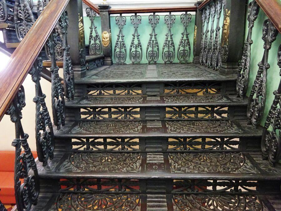 Дворянское собрание, чугунная лестница