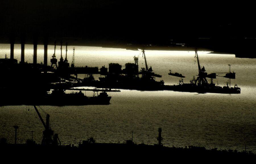 Вид на Мурманский порт