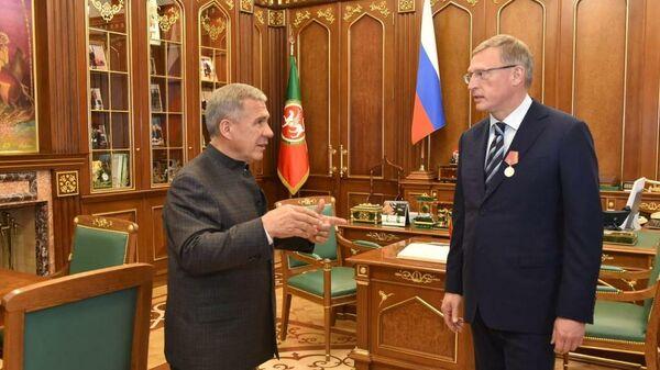Президент Татарстана Рустам Минниханов и глава Омской области Александр Бурков во время подписания трехлетнего плана сотрудничества между регионам