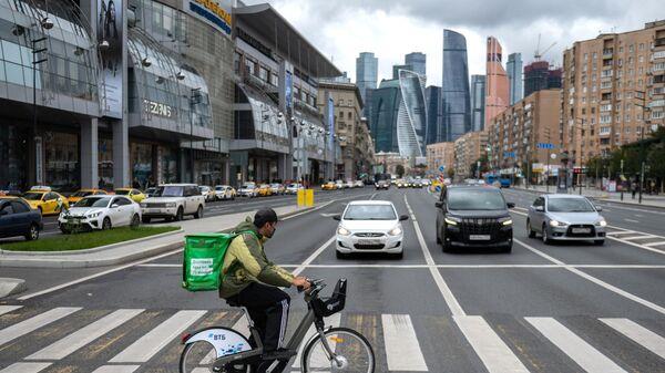 Курьер службы доставки Delivery Club на Дорогомиловской улице в Москве