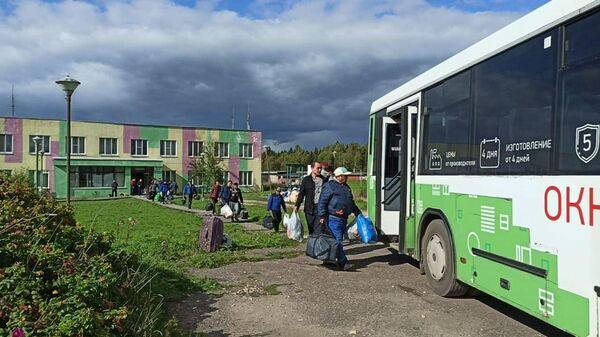 Мигранты покидают общежитие в селе Бужаниново