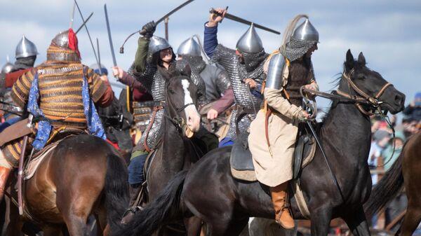 Участники театрализованной реконструкции эпизода средневекового сражения во время военно-исторического фестиваля Поле Куликово