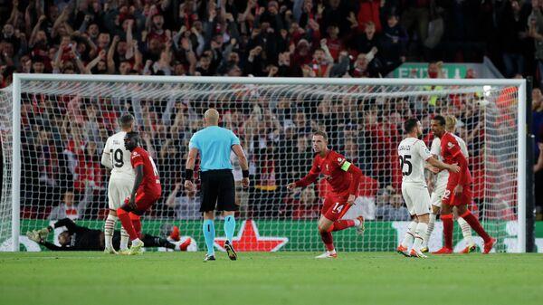 Джордан Хендерсон празднует гол в матче Лиги чемпионов