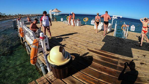 Туристы перед снорклингом на побережье Красного моря в Хургаде