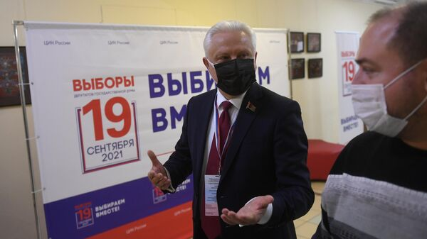 Председатель комиссии Парламентского Собрания по вопросам внешней политики Сергей Рачков во время наблюдения за ходом выборов на избирательном участке №49 в Москве