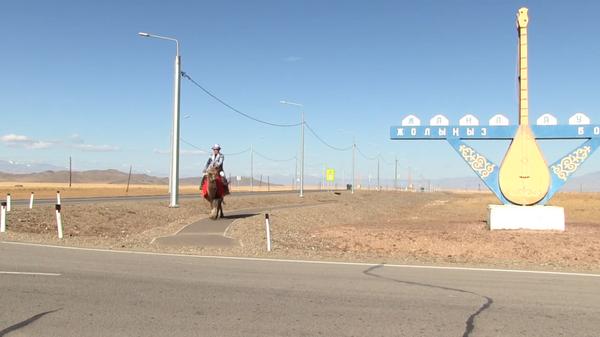 Жители находящегося у границы с Монголией алтайского села Жана-Аул приехали на избирательный участок на верблюдах и лошадях, в национальных костюмах
