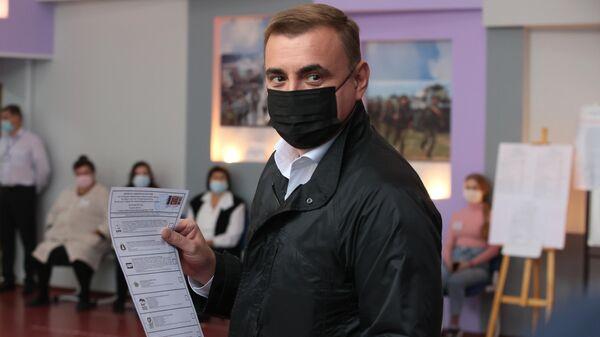 Губернатор Тульской области Алексей Дюмин во время голосования на избирательном участке в Туле