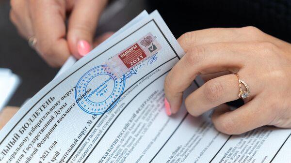 Сотрудница участковой избирательной комиссии во время работы на избирательном участке №51 на выборах в Госдуму в Петропавловске-Камчатском.