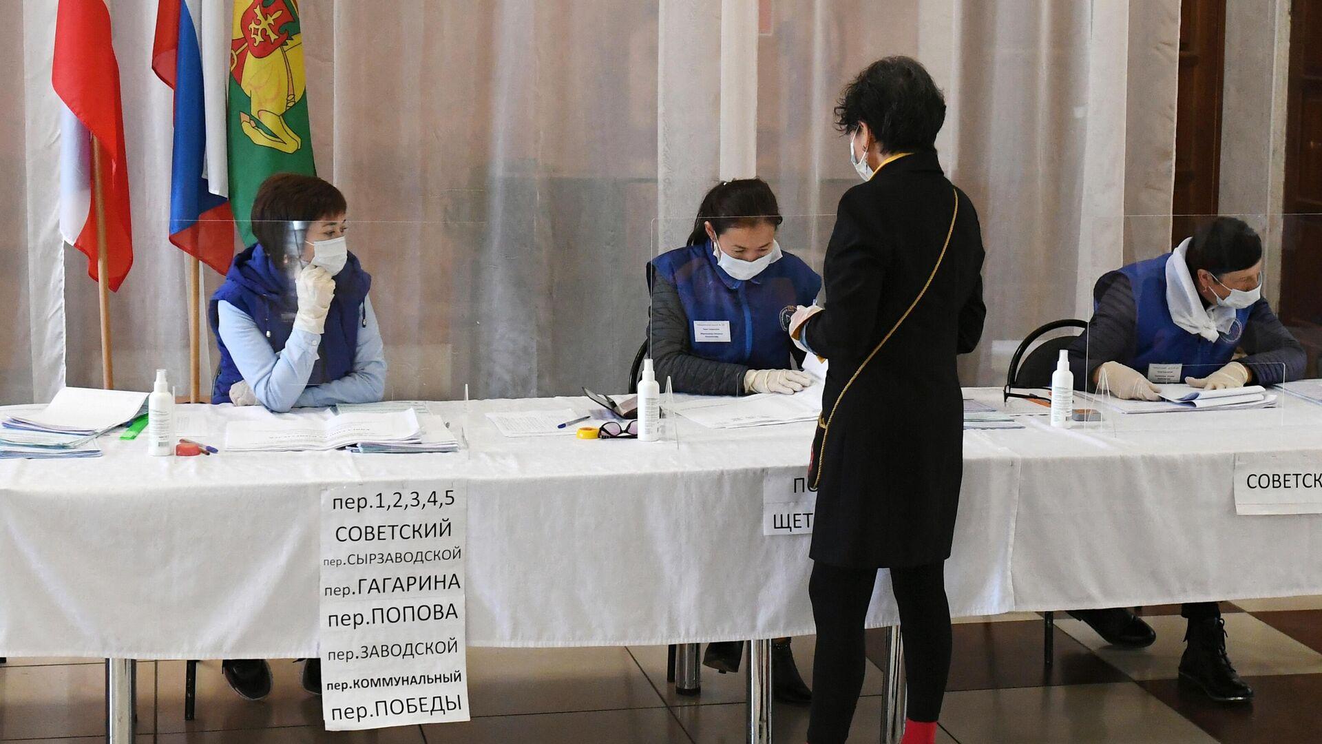 Избирательница получает бюллетень для голосования на избирательном участке в районном Центре культуры и досуга села Аскиз в Республике Хакасия - РИА Новости, 1920, 18.09.2021