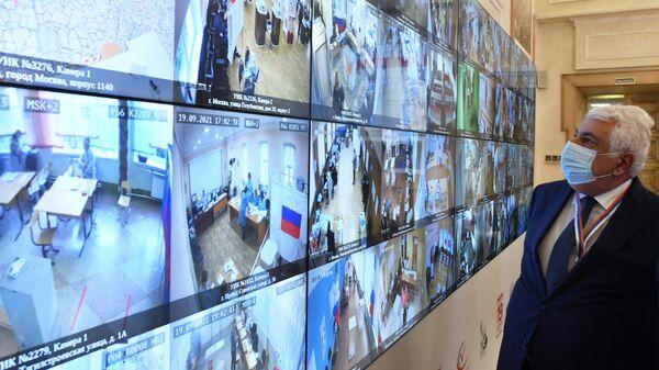 Экраны с трансляцией из участковых избирательных комиссий в ситуационном центре по наблюдению за выборами в Общественной палате РФ в Москве