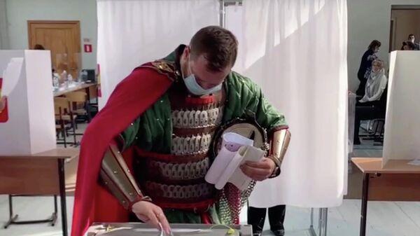 Избиратель в костюме князя Александра Невского во время голосования на выборах в Государственную Думу на избирательном участке в Великом Новгороде. Кадр из видео