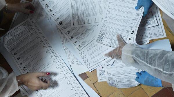 Сотрудники избирательной комиссии подсчитывают бюллетени после закрытия избирательного участка в Севастополе