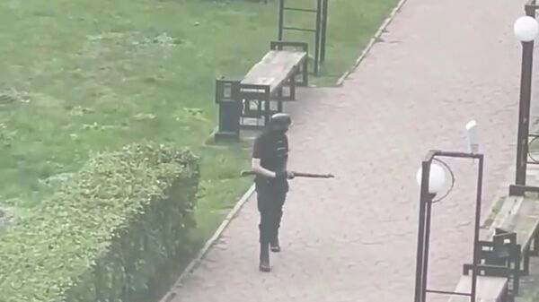 Предполагаемый стрелок возле Пермского университета. Кадр из видео очевидца