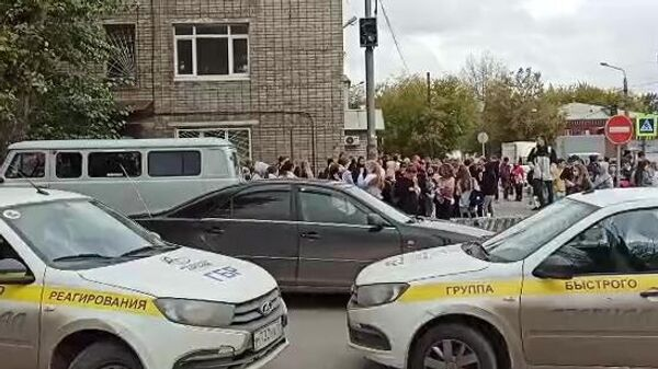 У Пермского государственного национального исследовательского университета, где вооруженный молодой человек открыл стрельбу. Стоп-кадр видео