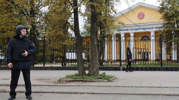 Сотрудник правоохранительных органов стоит в оцеплении неподалеку от Пермского государственного национального исследовательского университета, где вооруженный молодой человек открыл стрельбу