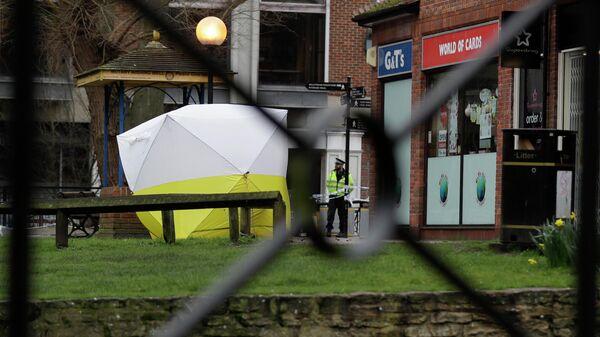 Полицейский в Солсбери на месте, где были обнаружены в тяжелом состоянии Сергей Скрипаль и его дочь