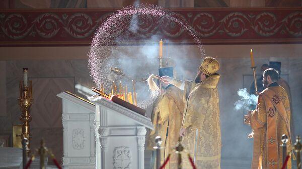 Священники на церемонии открытия храма Александра Невского на площади Павших Борцов в Волгограде