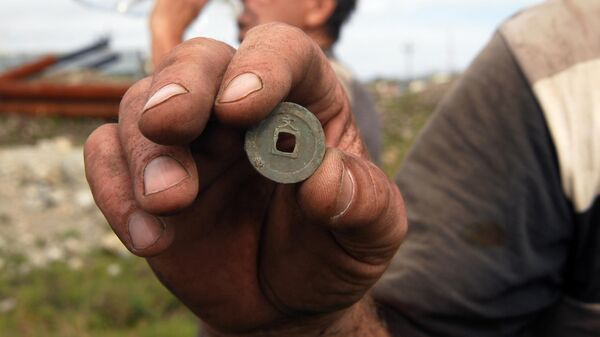 Старинная японская монета, найденная поисковиками на острове Кунашир