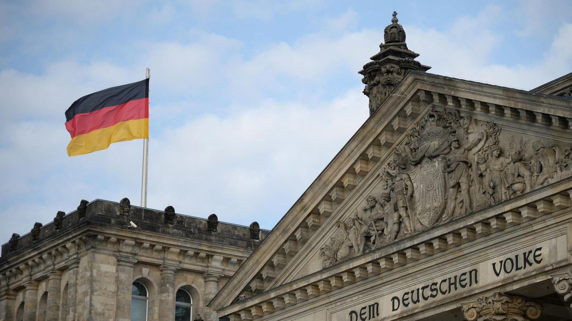 Национальный флаг Федеративной Республики Германии над зданием Будестага в Берлине - РИА Новости, 1920, 27.09.2021