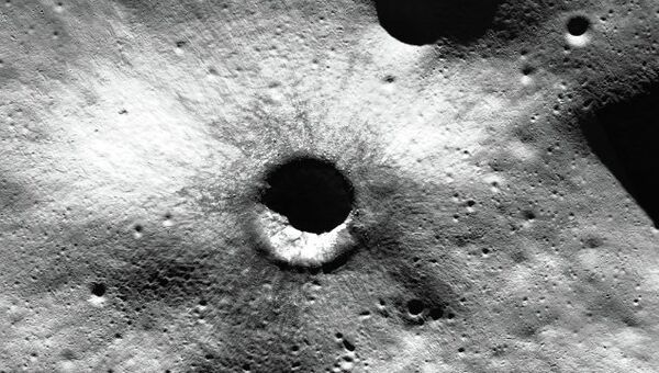 Кратер на поверхности Луны. Архивное фото