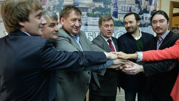 Выдвижение единого кандидата от оппозиции Анатолия локтя (в центре) на выборах мэра Новосибирска, фото с места события