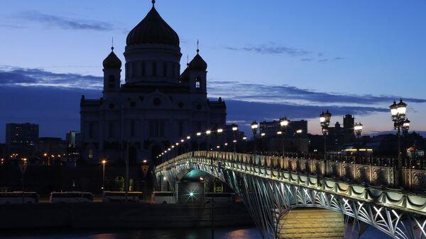 Вид на храм Христа Спасителя после отключения подсветки в рамках экологической акции Час Земли в Москве. Архив