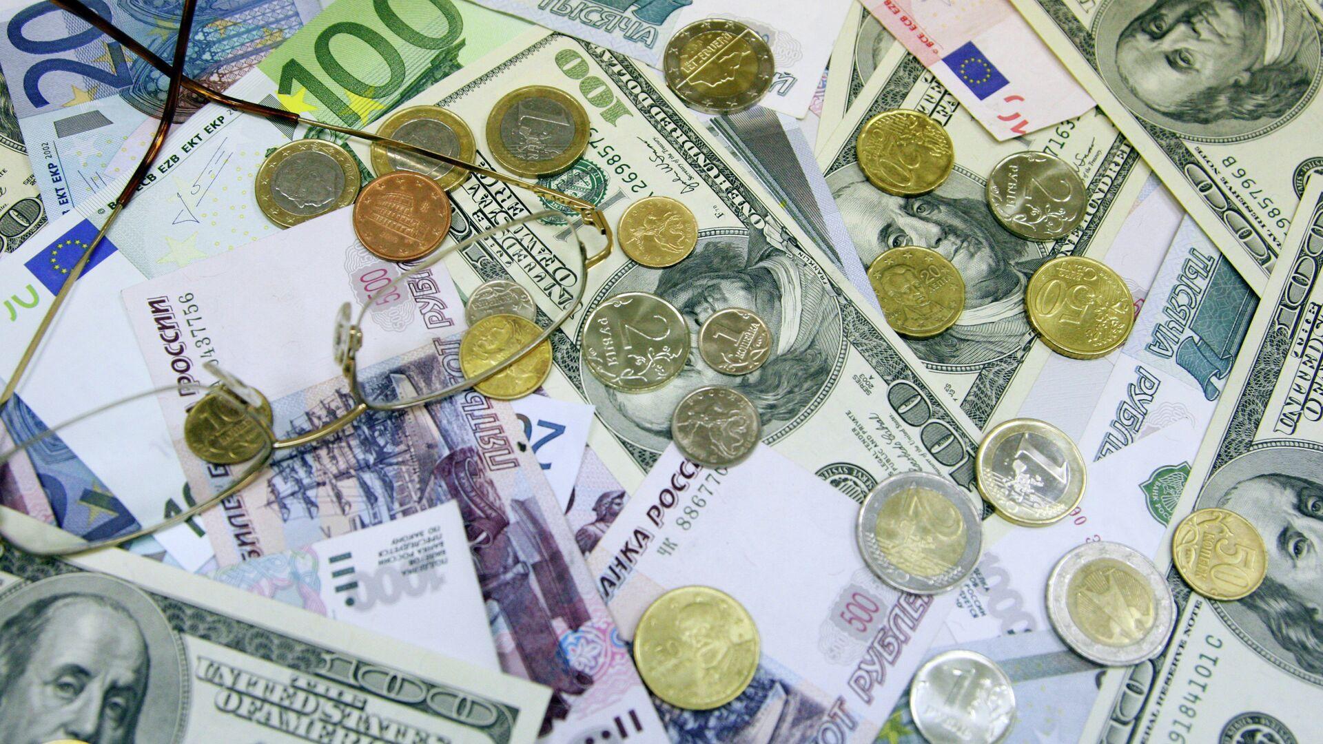 Денежные купюры и монеты: доллары США, евро, рубли - РИА Новости, 1920, 02.11.2020