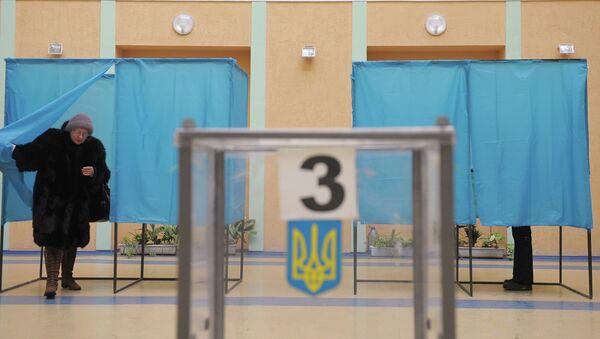 Жительница Киева во время голосования на одном из избирательных участков. Архивное фото