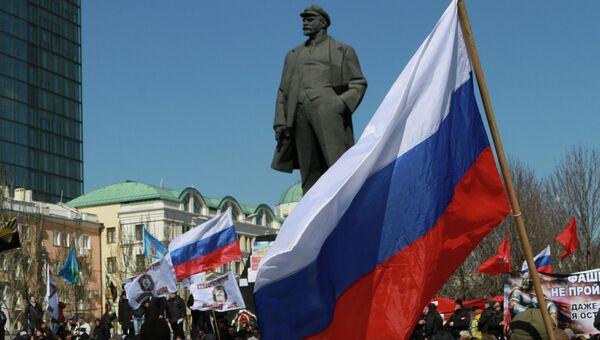 Участники митинга в Донецке