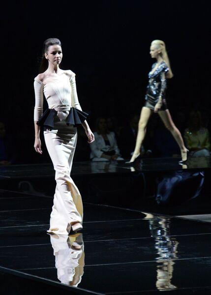 Модели демонстрируют одежду из новой коллекции модельера Валентина Юдашкина  в рамках недели моды в Гостином дворе 5dd7d1fd68a