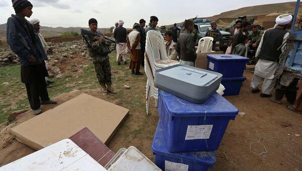 Работники избирательной комиссии готовятся к выборам в провинции Герат, Афганистан. Архивное фото