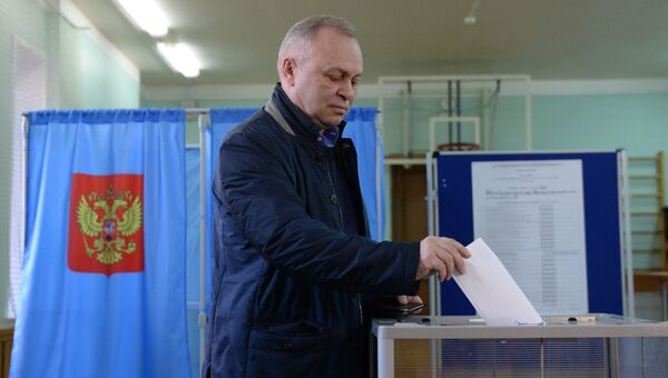 Кандидат в мэры от партии Единая Россия Владимир Знатков во время голосования