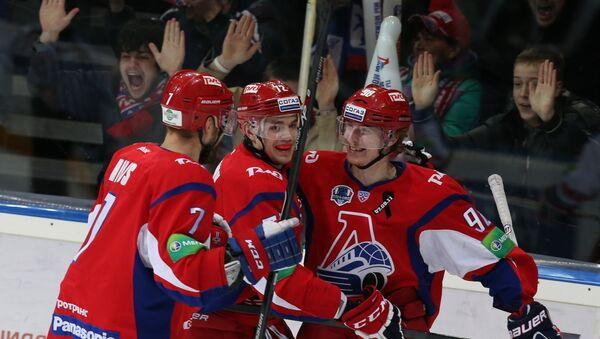 Хоккеисты Локомотива радуются заброшенной шайбе в ворота Льва