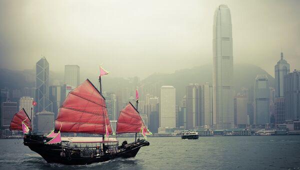 Китайский традиционный деревянный парусник в гавани Виктория, Гонконг. Архивное фото
