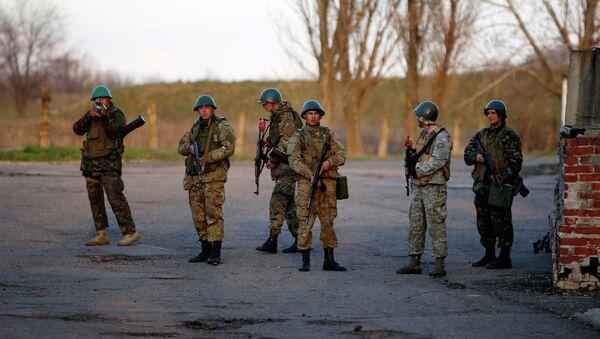 Украинские военные возле авиабазы в Краматорске на востоке Украины. 15 апреля 2014