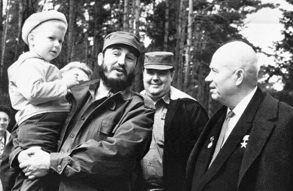 Кубинский премьер-министр Фидель Кастро держит на руках Ивана, внука Никиты Хрущева во время визита в загородный дом Никиты Хрущева, апрель 1963 года