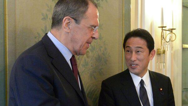 Министр иностранных дел Японии Фумио Кисида и министр иностранных дел России Сергей Лавров. Архивное фото