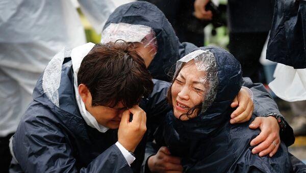 Члены семей пассажиров, пострадавших при затоплении парома Севол
