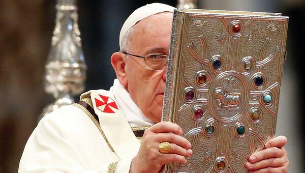 Папа Римский Франциск в соборе Святого Петра в Ватикане