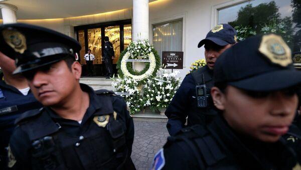 Полиция дежурит возле дома, в котором было обнаружено тело Габриэля Гарсия Маркеса в Мехико