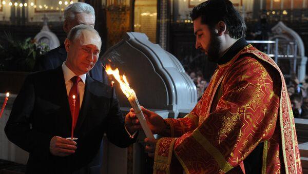 Путин на пасхальном богослужении в храме Христа Спасителя в Москве