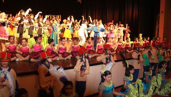 Сцена из балета Магазин игрушек школы русского классического балета в Нью-Дели