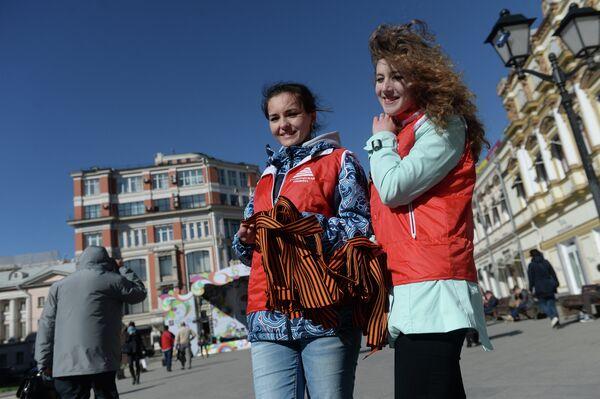 Волонтеры раздают ленточки на улице Москвы в рамках стартовавшей акции Георгиевская ленточка в честь Великой Победы в Великой Отечественной войне