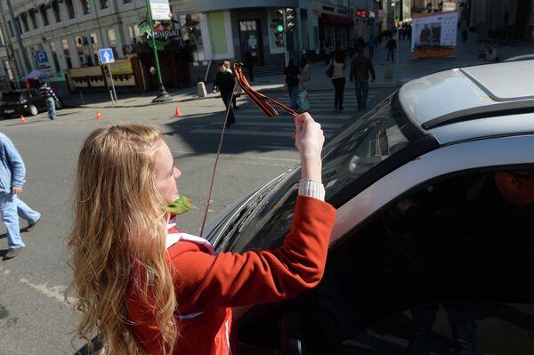 Волонтеры раздают ленточки на улицах Москвы в рамках стартовавшей акции Георгиевская ленточка в честь Великой Победы в Великой Отечественной войне