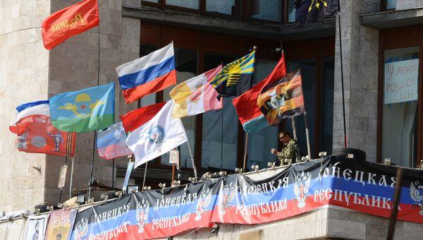 Флаги на здании областной государственной администрации города Донецка. Архивное фото